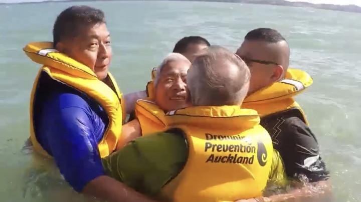 張茂椿帶領慈濟紐西蘭分會社員,在Maraetai海灘分組進行水上安全操演。