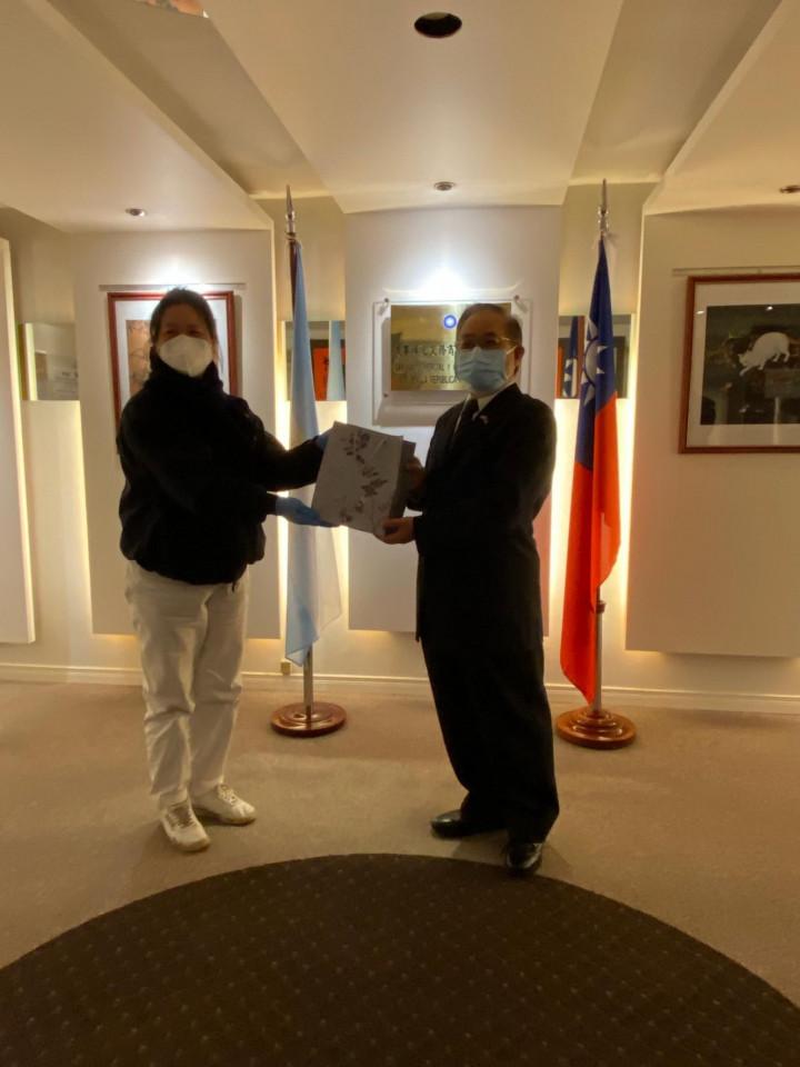 謝俊得大使發贈口罩給阿根廷慈濟聯絡處負責人邱淑玉