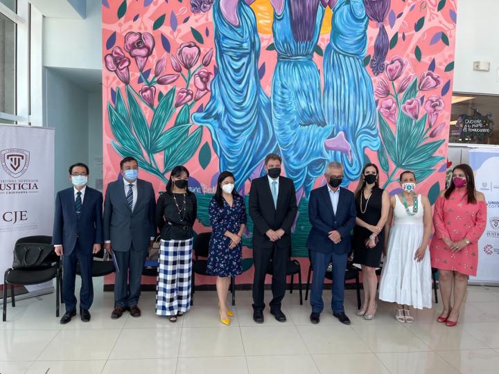 鄭公使與Chihuahua州最高法院院長Pablo Héctor González Villalobos(左5)、州政府秘書長Luis Fernando Mesta Soulé(右4)、司法理事會法紀委員會主席Minerva Correa Hinojosa(左4)、婦女司法中心總協調人Hilda Margarita Solís Bencomo(右3)、「世界自由民主聯盟墨西哥分會」副會長李美蘭(左3)、「世界自由民主聯盟墨西哥分會」會長César Jáuregui Robles(左2)、最高法院人權及性平處長Verónica Rodríguez López(右2)及行政事務處長Sandra Zulema Palma Sánez(右1)於會後合影。