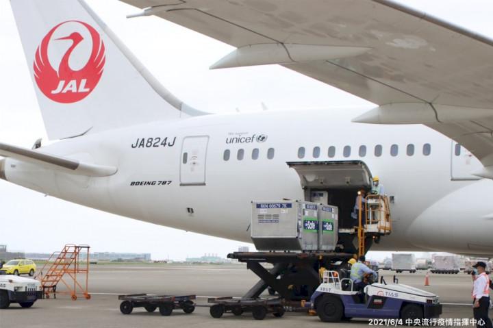 日本政府提供124萬劑AstraZeneca COVID-19疫苗4日抵達台灣。(指揮中心提供)