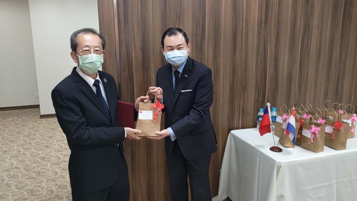 韓志正致贈僑務榮譽職與社團代表平安粽,祝福端午佳節愉快。