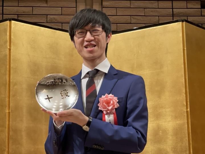 旅日棋士許家元2018年奪得「碁聖」頭銜,今年4月他奪得「十段」頭銜,日本棋院與主辦棋賽的產經新聞社7日為他舉辦十段就位儀式。他獲得獎盃與獎金700萬日圓。