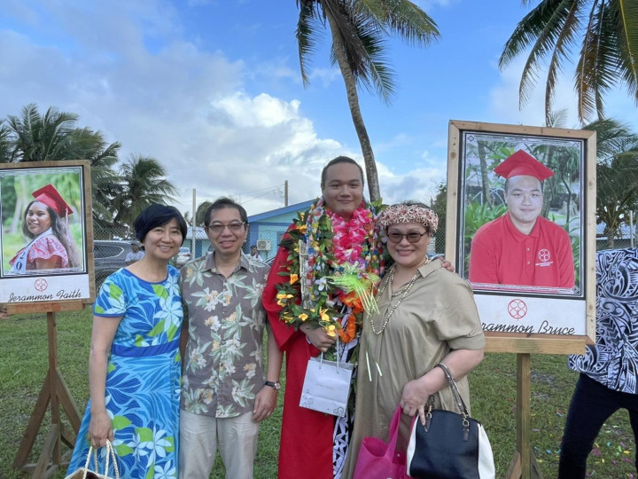 大使蕭勝中夫婦與畢業生合照