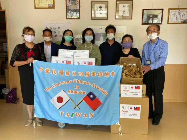 日本四國華僑總會做公益送肉粽助防疫贈手套給香川縣育幼院