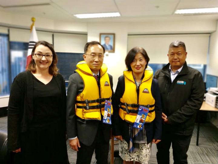 張茂椿 (右一) 偕同奧克蘭防溺中心首席執行官Nicola (左起),拜訪韓國駐奧克蘭總領事及安保參贊。