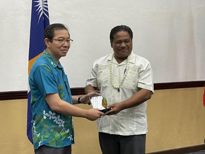 蕭大使頒贈全球傑出校友獎予畢利蒙部長