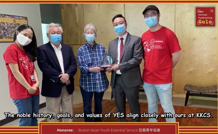 中華廣教學校董事長梁爾尊(右二)、董事陳家驊(左二)頒獎表揚波士頓亞裔青年會創辦人梁素英。