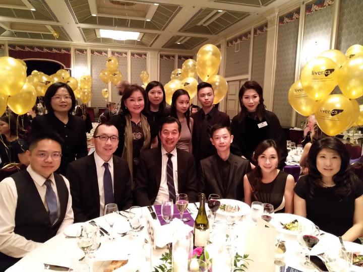 曹文瓊(後排立者右1)與駐溫哥華辦事處、加西臺灣商會一起參與肝臟基金會籌款晚會