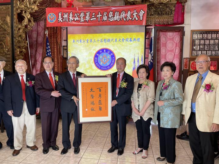 賴銘琪處長(右3)代表僑務委員會童振源委員長頒贈祝賀鏡屏