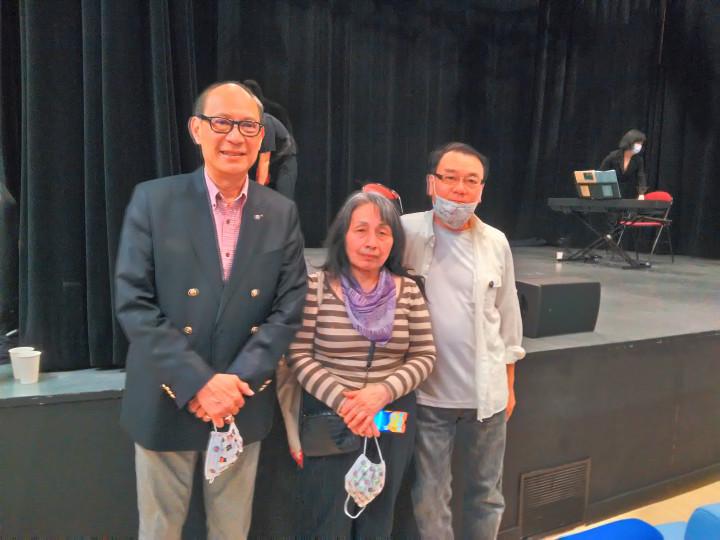 僑委會僑務促進委員羅強(右)與施龍(左)特來捧場並與華風校長陳惠美合影