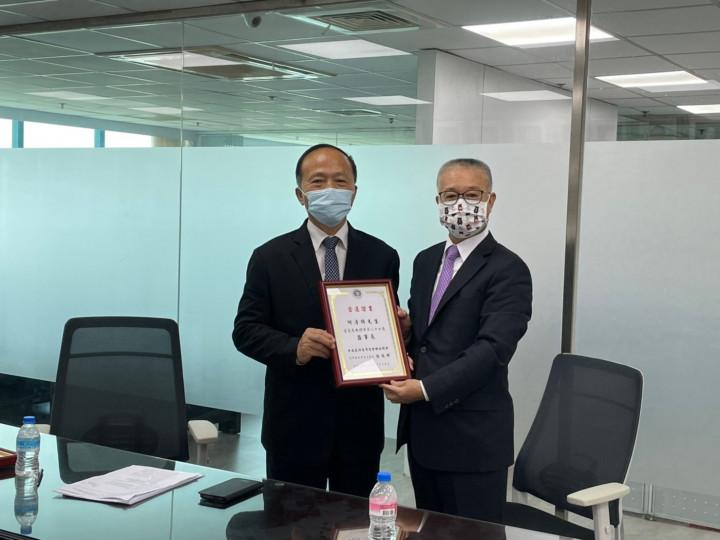 選務委員會張德輝主任委員(右)頒發第27屆當選證書予新任總會長李訓銘(左)
