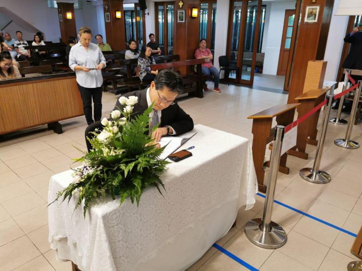 駐汶萊代表處李憲章代表在弔唁簿上留言,向沈故樞機主教高略表達哀悼與追思。