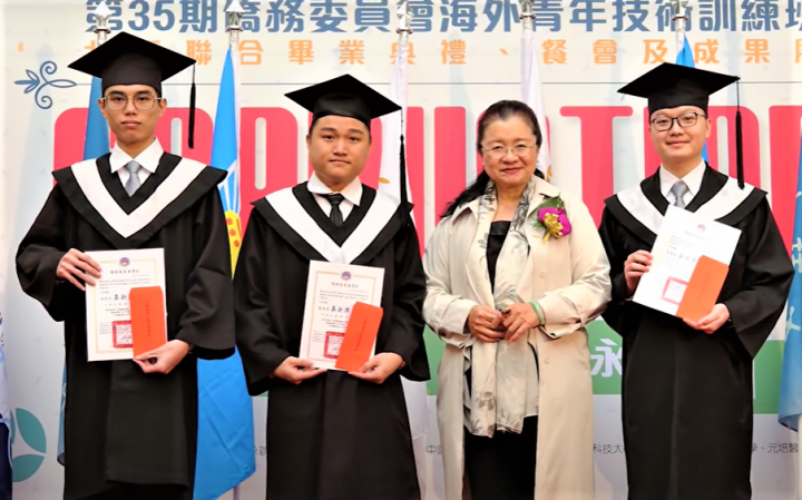 大學四年間,賴了賓(左2)嶄露了各項才華。(龍華科技大學國際暨兩岸合作處提供)