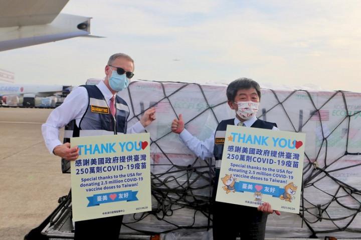 美國捐贈的250萬劑莫德納疫苗20日下午順利運抵台灣,中央流行疫情指揮中心指揮官陳時中(右)說,看到這批疫苗下飛機,他心裡非常感動,要特別謝謝美國在台協會(AIT)處長酈英傑(左)這麼長時間來的協助,讓事情能夠順利成功,「非常謝謝我們好的美國朋友」