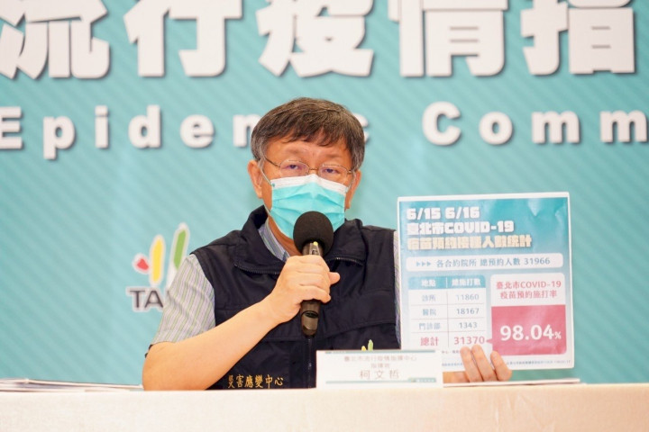 台北市長柯文哲指出,85歲以上長者透過網路預約的接種率高達98.04%。(北市府提供)