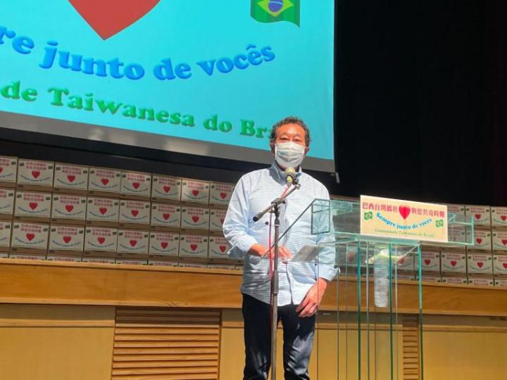 Aurélio Nomura 市議員致詞表示,看到大家特別紀念科瓦斯市長,令人感動。(巴西華人資訊網提供)