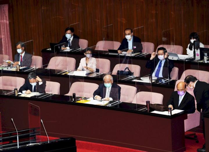 立法院第10屆第3會期第1次臨時會8日舉行,行政院長蘇貞昌(前排右2)率官員列席,議場內座位都有加裝透明隔板並保持距離,加強防疫。