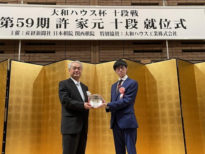 23歲的旅日圍棋棋士許家元4月參加日本產經新聞主辦的「大和房屋盃第59屆十段戰」贏得日本圍棋7大頭銜之一的「十段」頭銜,晉升圍棋最高段位9段,主辦單位7日在東京為他舉辦就位儀式。