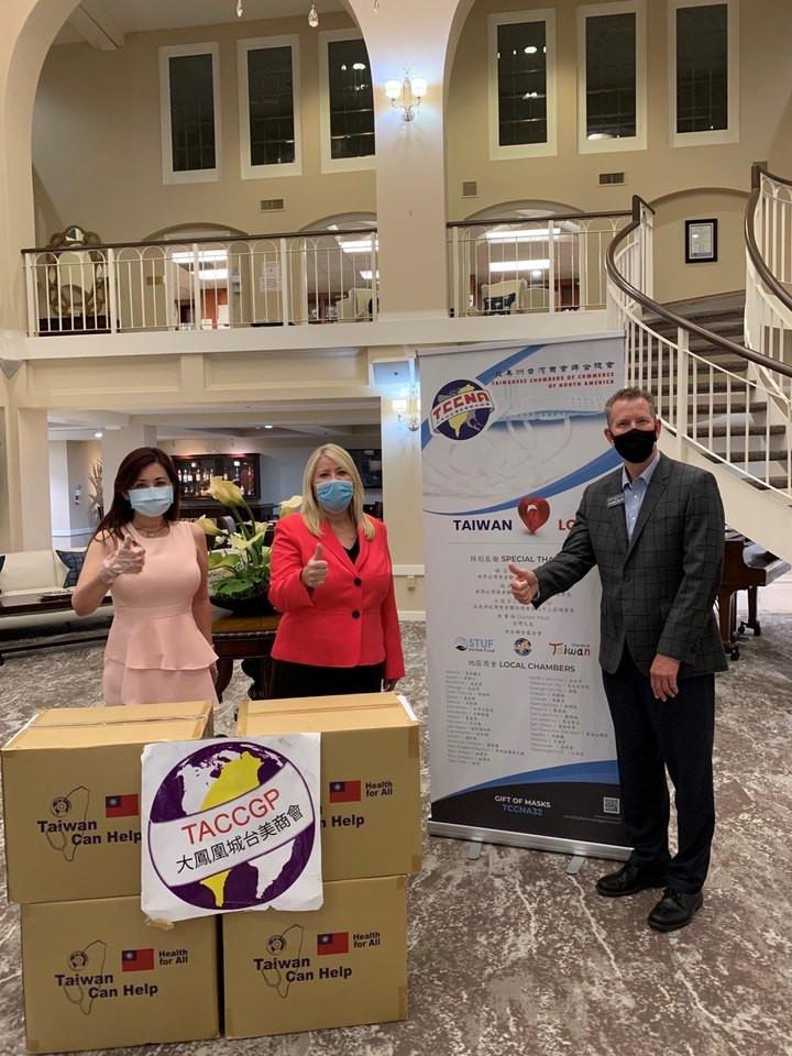張聖儀(左) 響應北美臺商總會發起的「一千萬個口罩  一千萬個愛心」 活動,捐贈臺灣製口罩給當地聯邦國會議員。(張聖儀提供)