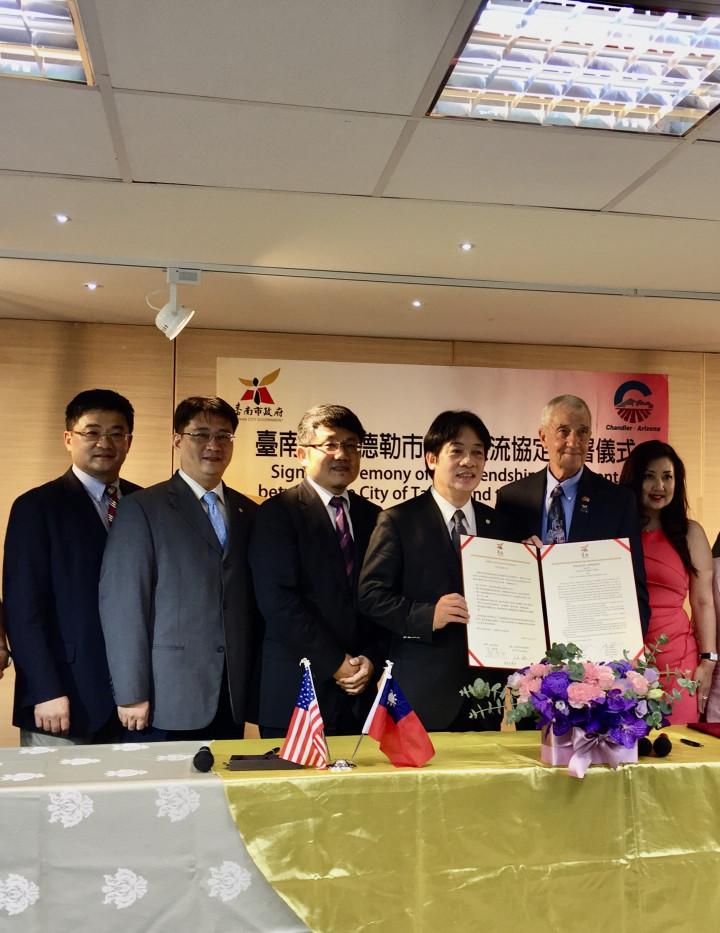 張聖儀(右1)促成錢德勒市與臺南簽署姊妹市。圖為2016年臺南市市長賴清德(右3)與錢德勒市副市長Mr. Jack Sellers(右2),代表兩市簽署友好交流協定儀式。(張聖儀提供)