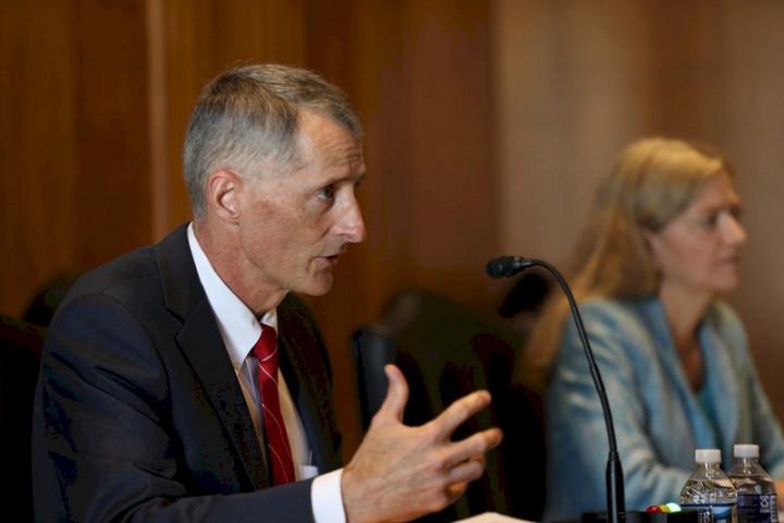美國務院亞太副助卿費德瑋(左)17日出席國會聽證會表示,美國捐贈台灣75萬劑疫苗仍有些程序要走完,但預期很快能送到。 (圖:中央社)