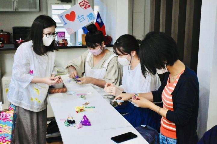 羅婷婷老師指導參加者做香包