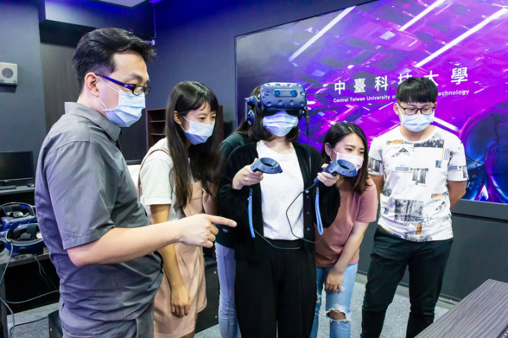 智慧型手機與虛擬實境(VR)廠商宏達電21日與中臺科技大學共同宣布高等教育深耕計畫,成立VR未來教室,落實醫療人才創新教學模式。(宏達電提供)