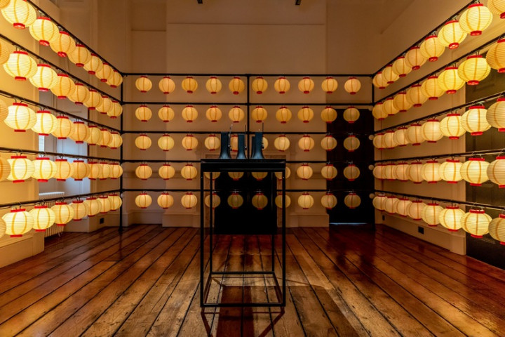 倫敦設計雙年展1日登場,台灣館推出Swingphony特展 ,展館設計以不同信仰中的循環參拜、誦念、冥想、禱 告等為靈感,並融合大量台灣廟宇元素,傳達正向信念 。 (駐英文化組提供)