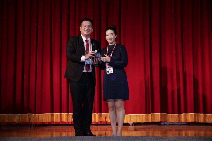 宋美滿(右)與邱臣遠(左)合影。