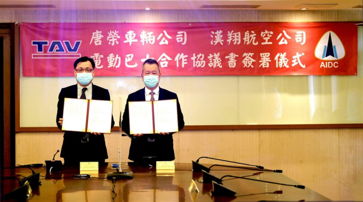 AIDC Chairman Hu Kai-hung (right) and TAV Chairman Jonathan Ho are pictured at the signing ceremony. Photo courtesy of AIDC