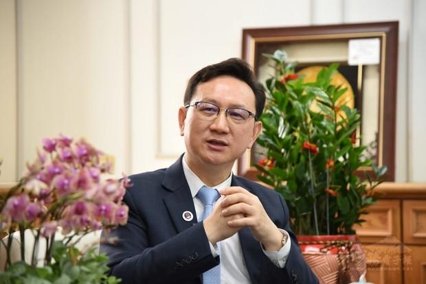 僑委會童振源委員長強調僑委會發揮槓桿支撐的角色。(僑委會提供)