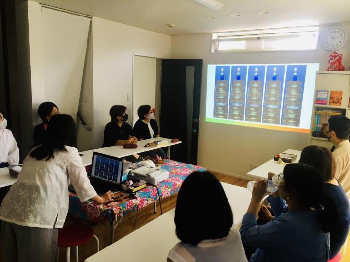 向參加者說明臺北101點燈感謝日本送疫苗
