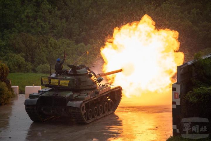 陸軍裝甲586旅進行實彈測考,M60A3戰車向目標區射擊。