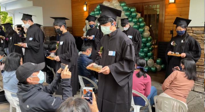 畢業生進場為最辛苦的父母親奉茶