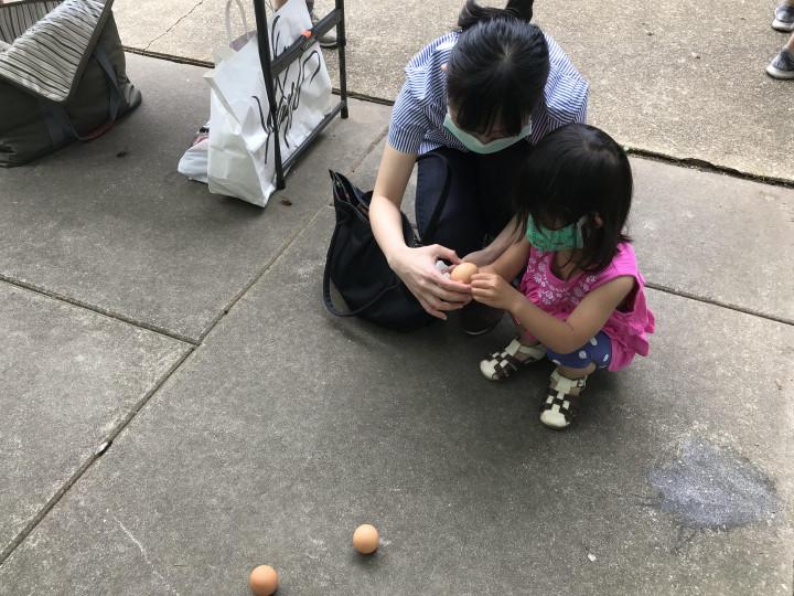 家長帶著孩子體會端午立蛋的傳統文化