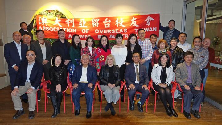 李弘文(左一)、蘇莉莉、(左二)、黃煥南(右三)、吳春芳(右二)、林栢梧(右一)