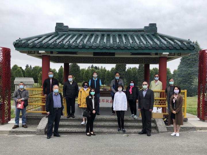 全加中華總會館理事群於溫哥華先僑墓園亭前合影