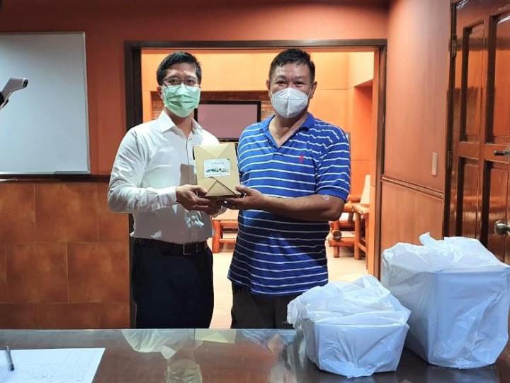 邱會長致送旅瓜大使館粽子禮盒由僑務秘書杜戎珄領受