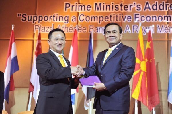 康樹德(左)與泰國總理巴育合影。(康樹德提供)