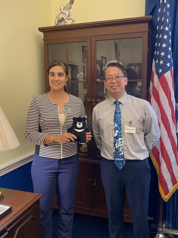 江明信贈送臺灣黑熊娃娃給美國眾議院議員Nicole Malliotakis。(江明信提供)