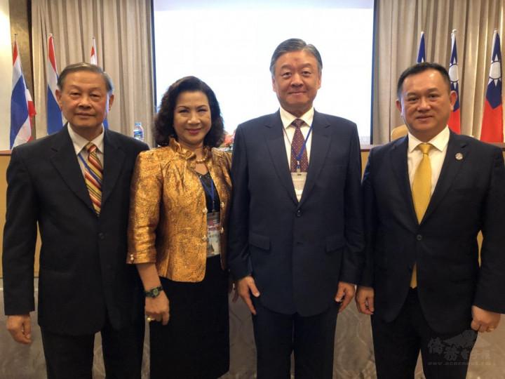 康樹德(右1) 與僑委會副委員長呂元榮(右2) 於泰國曼谷。(康樹德提供)