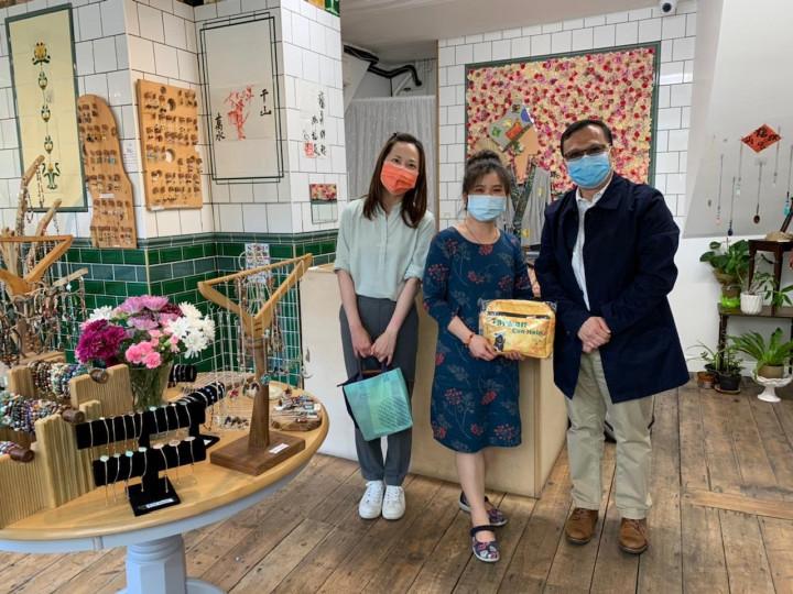 葉副組長及廖秘書拜訪僑胞卡商店「YILIN手工珠寶飾品店」