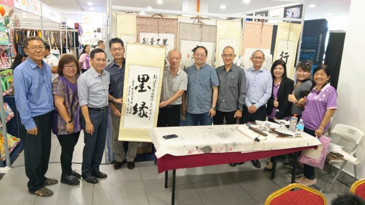 汶萊中華文藝聯合會致贈當場揮毫書法作品予李代表