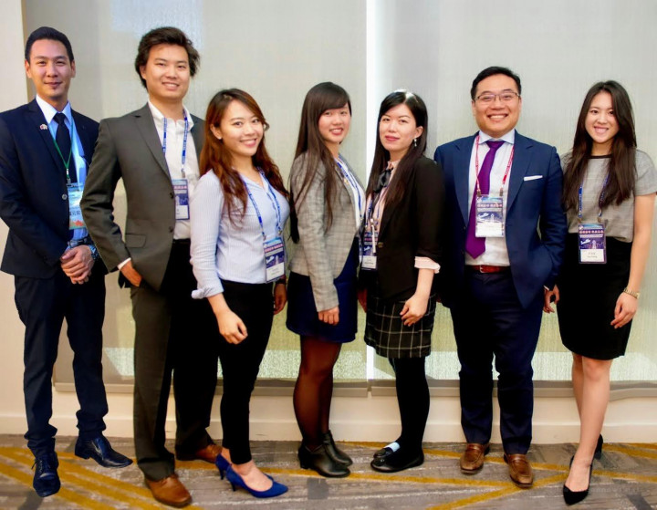 黃業倫(右二)參加海外商會菁英班活動