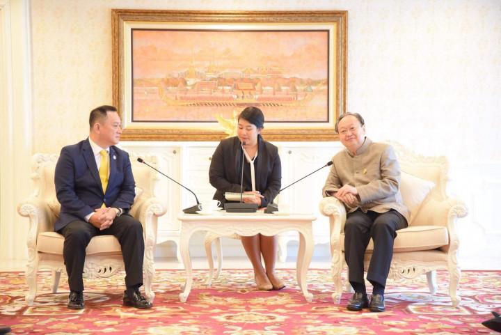 康樹德(左) 為泰國外商聯合總會首位亞裔主席,是所有駐泰外商公司的總代表,也是泰國政府所倚重的諮詢角色。(康樹德提供)