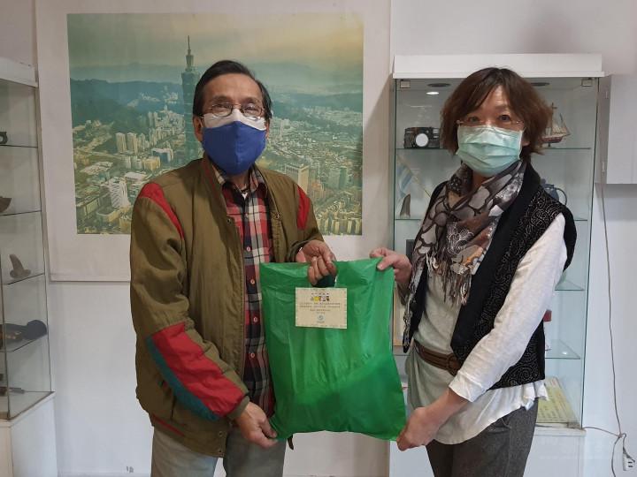 阿根廷台灣僑聯會代理理事長贈予端午愛心粽,分享正能量大家一起防疫