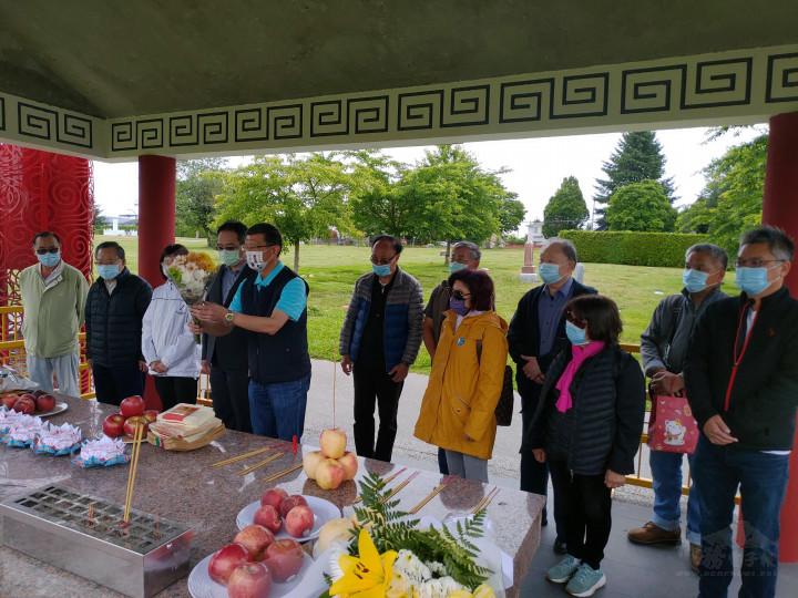 祭祀先僑活動由鄧華一(中間持花者)主祭,獻上鮮花素果