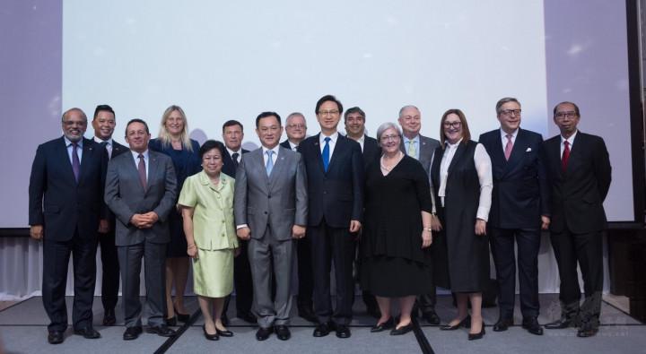 康樹德(前排左4)與時任駐泰代表的僑委會委員長童振源(前排左5)有諸多交流。圖為泰國外商聯合總會年會與各國駐泰國大使合影。(康樹德提供)