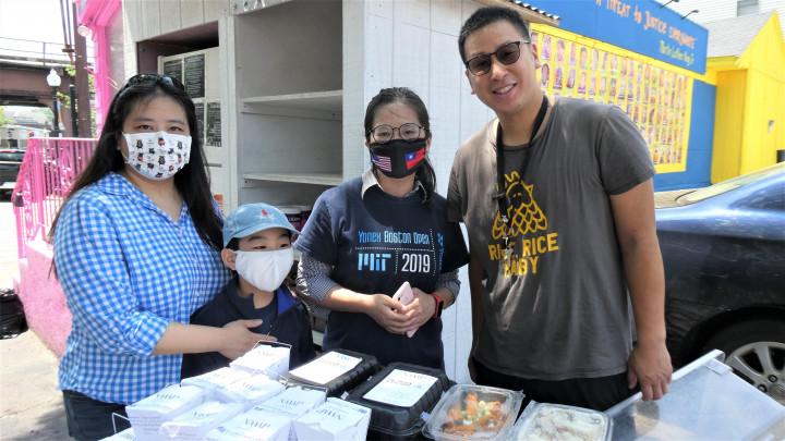 左起,康雅雰,康麗雪兩姊妹和「雞肉飯傢伙」創辦人蘇宇寅一起為多徹斯特社區冰箱做義工。