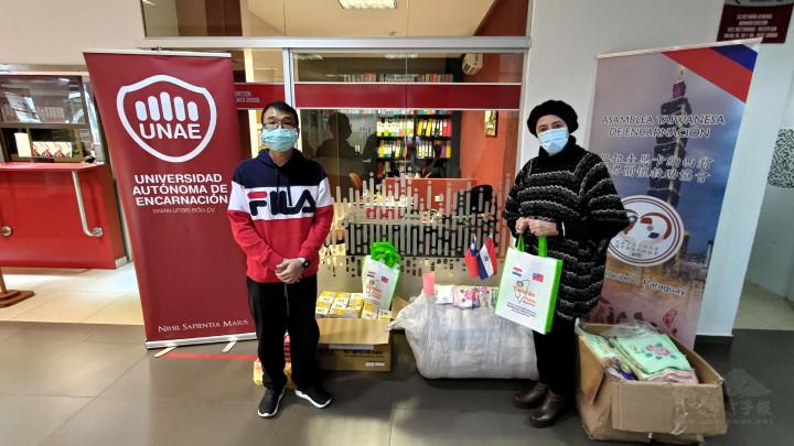 恩卡協會副會長謝昌穆(左),於6月16日前往UNAE大學遞交100份人道關懷包物資,由UNAE大學校長Nadia Czeraniuk代表接收。